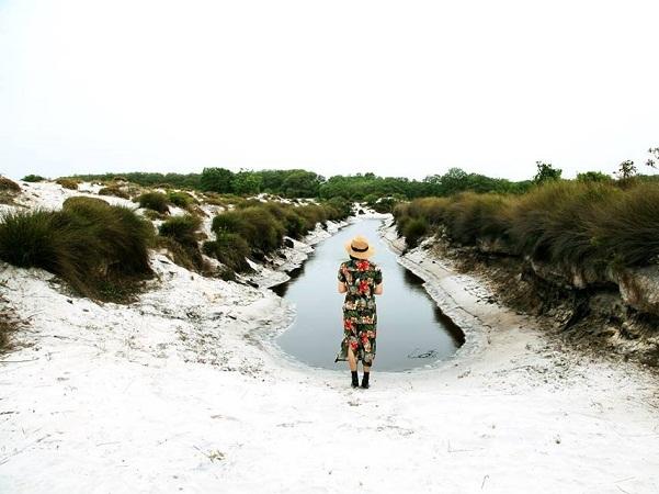 Dòng sông đôi bờ cát trắng.