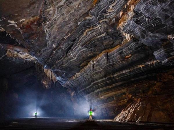 Một vòm hang với các vân đặc trưng của hang Tiên 2.