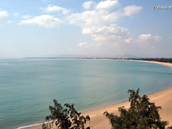 Bãi biển Ninh Chữ là 1 trong 9 bãi tắm đẹp nhất của Việt Nam, có chiều dài 10 km