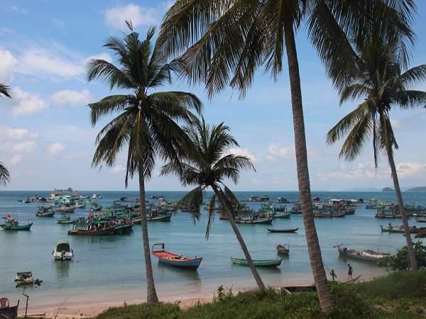 Khung cảnh Gành Dầu rất đẹp bởi những rặng dừa và nhiều chiếc thuyền nhỏ xinh.