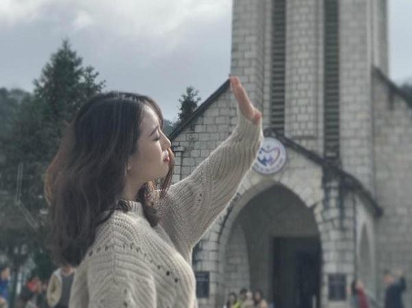 Tọa lạc ngay ở trung tâm thị trấn, nhà thờ đá chính là công trình kiến trúc cổ toàn vẹn nhất của người Pháp còn sót lại.
