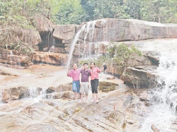 Dọc theo thác Hón Lối, chúng ta được chiêm ngưỡng những cảnh quan thiên nhiên vô cùng kỳ thú với những thảm thực vật xanh mướt trong quần thể rừng phòng hộ
