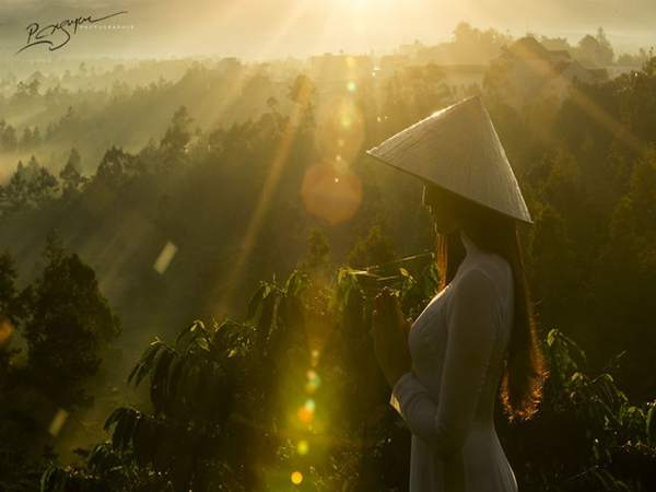 Vẻ đẹp của người con gái Việt trong tà áo dài mỏng manh như sương khói.