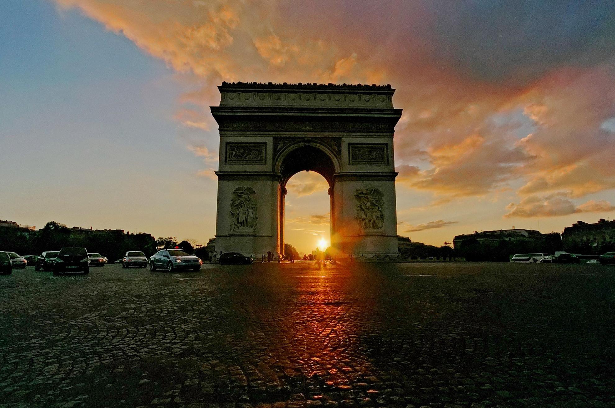 Mặt trời lặn ngang qua Khải Hoàn Môn