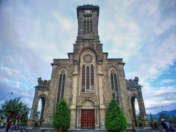 Khám phá kiến trúc đẹp lung linh của nhà thờ Đá Nha Trang