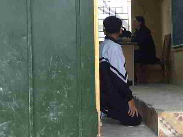 Dân mạng xôn xao trước vụ cô giáo bắt học sinh quỳ gối trước bục giảng