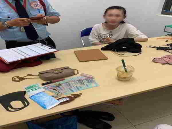 Cô gái trẻ bị tố lấy trộm ví được đặt biệt danh 'chị hiểu hông'