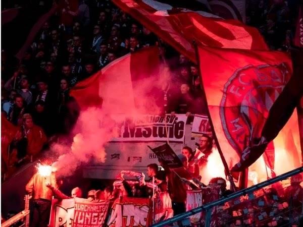 Tin bóng đá Đức 3/3: HLV Bayern kêu gọi NHM ngừng làm loạn trên sân bóng