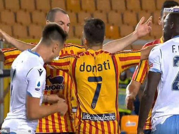 Cầu thủ Lazio cắn đối phương bị phạt nặng